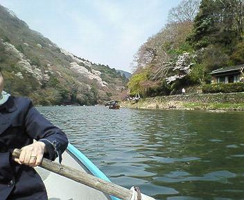 嵐山ボートをこぐ私.jpg